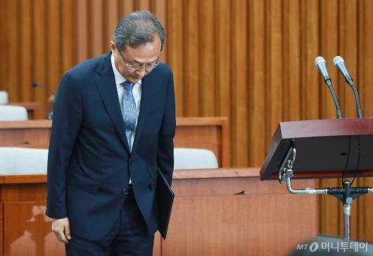 [사진]인사하는 유남석 헌재소장 후보자