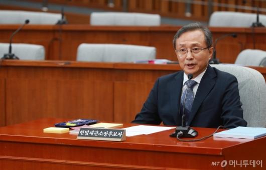 [사진]답변하는 유남석 헌재소장 후보자