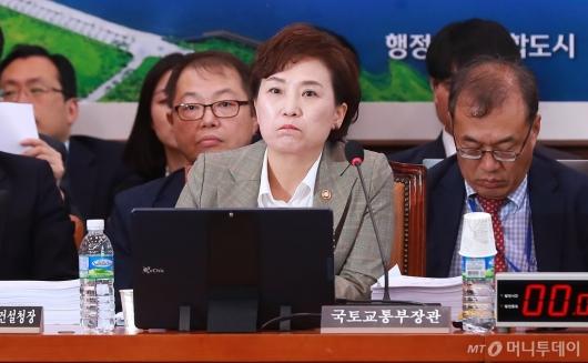 [사진]의사진행발언 듣는 김현미 국토부 장관
