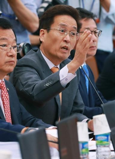 [사진]택지개발 후보지 정보유출 관련 발언하는 함진규