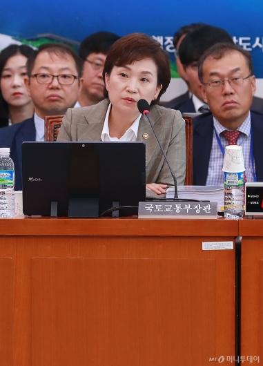 [사진]답변하는 김현미 국토부 장관
