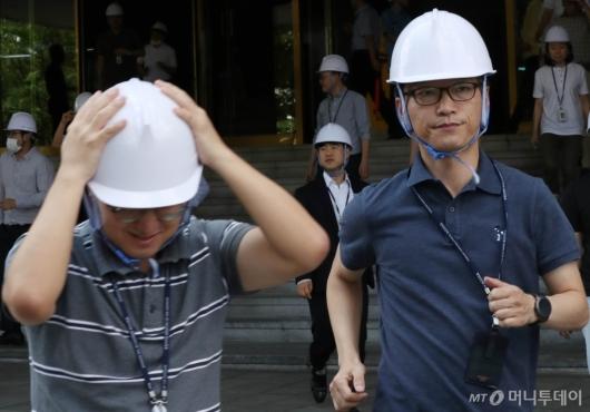 [사진]지진 대피시 머리 보호