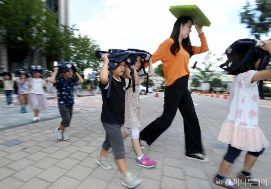 [사진]지진 대피훈련하는 어린이들