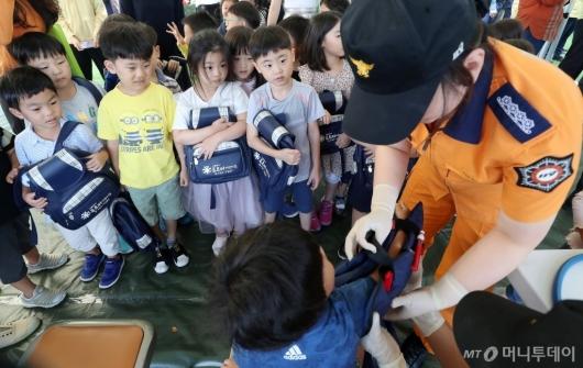 [사진]응급처치 배우는 어린이들