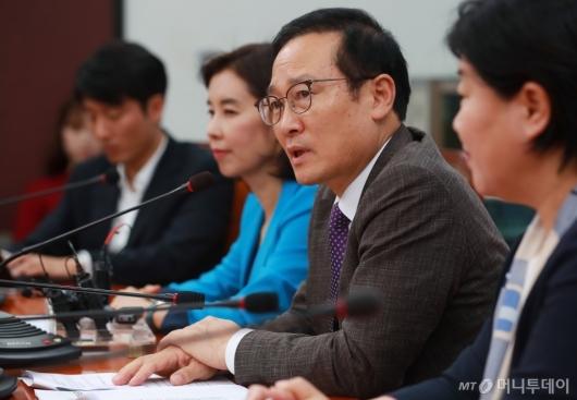 [사진]쟁점현안 관련 기자회견하는 홍영표 민주당 원내대표