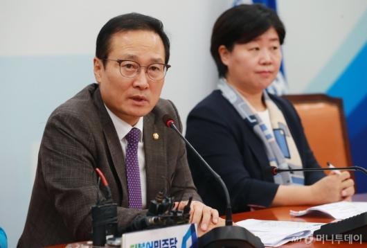 [사진]현안 관련 기자회견하는 홍영표 원내대표