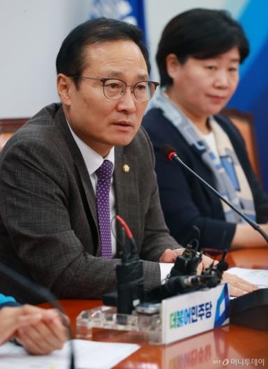 [사진]쟁점현안 기자회견하는 홍영표 민주당 원내대표