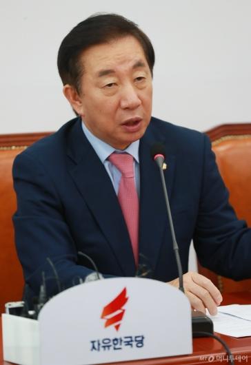 [사진]부동산 정책 비판하는 김성태 원내대표