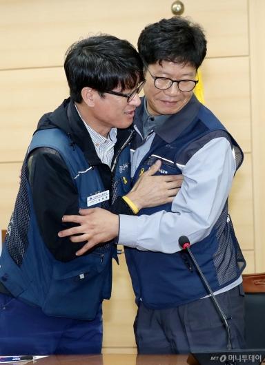 [사진]감격의 포옹