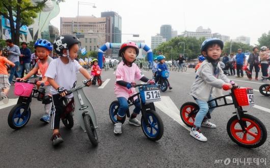[사진]'차 없는 거리' 자전거 타는 아이들