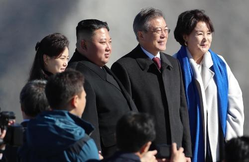 김정은 '송이버섯' 2톤 선물…文대통령, 이산가족에게 나눠준다