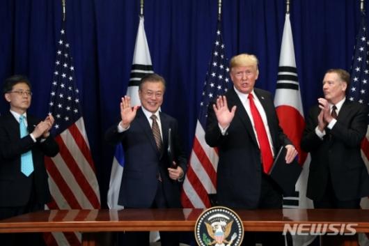 文대통령, 자화자찬 트럼프에 '한국車 관세폭탄 하지말라'