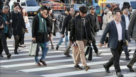 [사진]'두터운 외투 입고 출근'