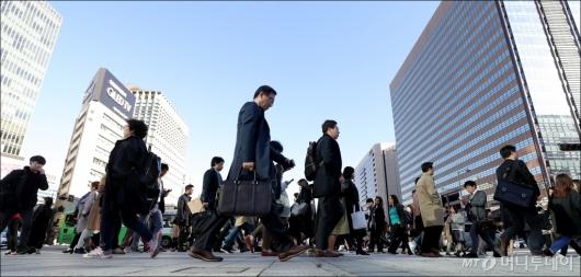 [사진]'추운 날씨에 발걸음 재촉하는 시민들'