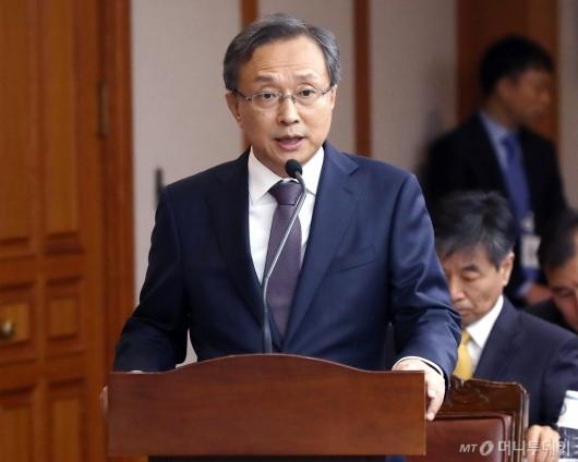 [사진]국감 인사말하는 유남석 헌재소장