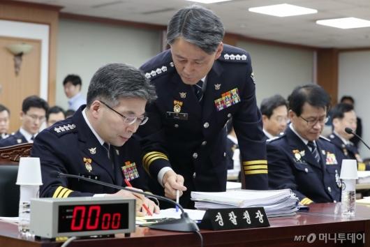 [사진]자료 살피는 민갑룡 경찰청장