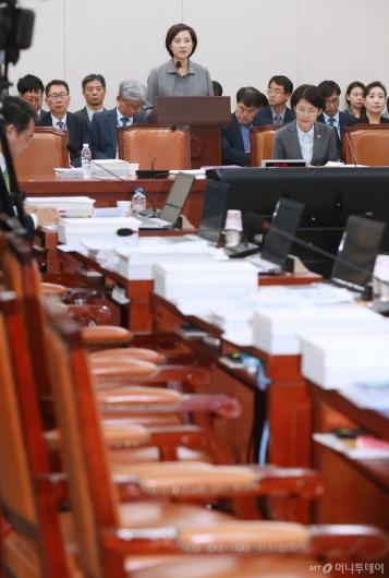 [사진]자유한국당 퇴장 속 인사말하는 유은혜 장관