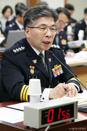[사진]질의에 답하는 민갑룡 경찰청장