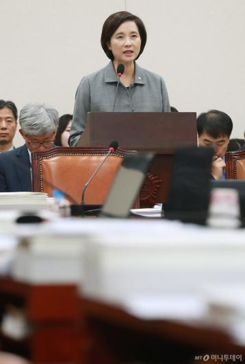[사진]자유한국당 퇴장 속 인사말하는 유은혜 교육부 장관