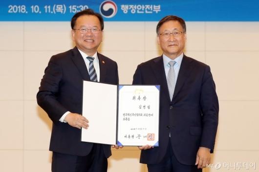 [사진]위촉장 받은 김병섭 정부혁신추진협의회 민간 공동위원장