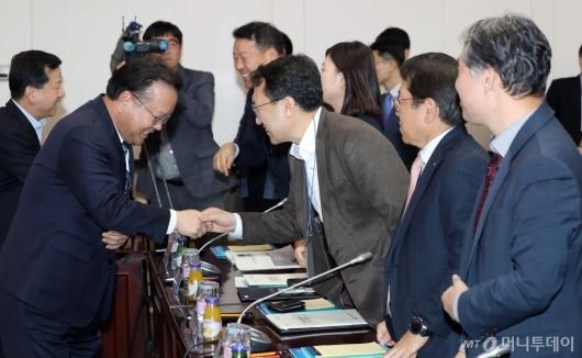 [사진]참석자들과 악수하는 김부겸 장관