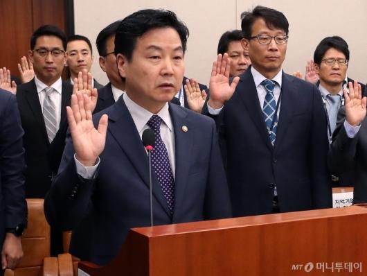 [사진]선서하는 홍종학 장관