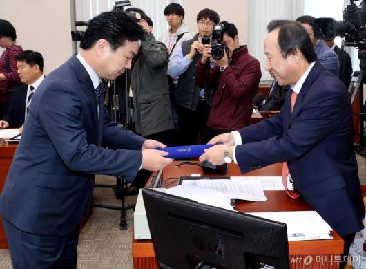 [사진]선서문 전달하는 홍종학 장관