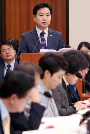 [사진]국정감사 출석한 홍종학 장관