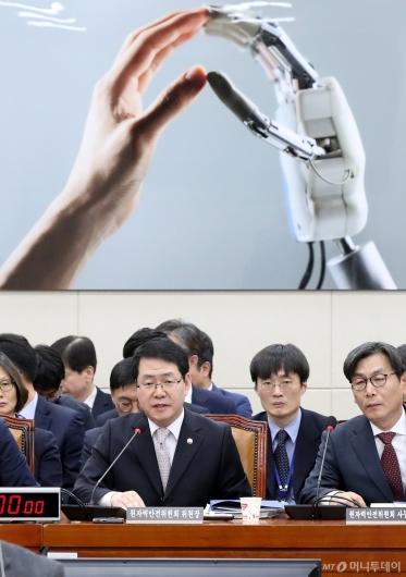 [사진]국감 출석한 강정민 원안위원장