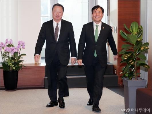 [사진]함께 걷는 성윤모 장관-박용만 회장