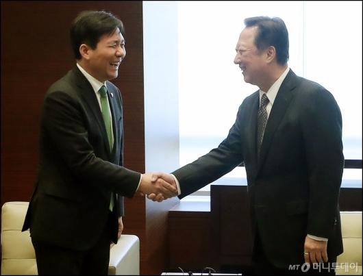 [사진]악수하는 성윤모 장관-박용만 회장