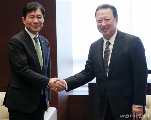 [사진]인사 나누는 성윤모 장관-박용만 회장