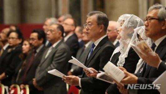 """한국어로 """"한반도 평화 빕니다"""" 특별했던 성베드로성당 미사"""