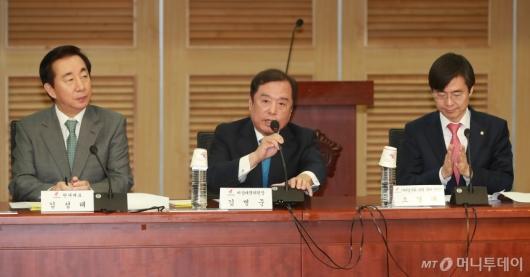 [사진]가짜일자리 실상 토론회 참석한 김병준 비대위원장