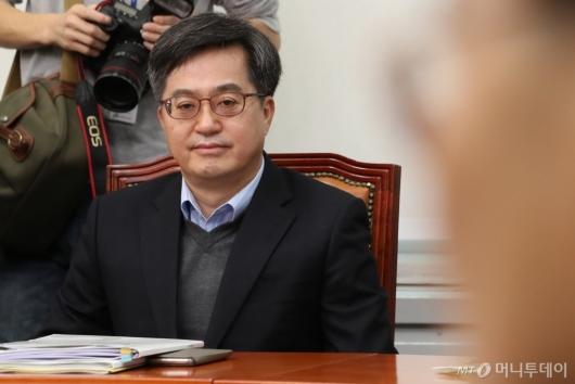[사진]모두발언 듣는 김동연 부총리