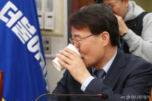 [사진]목 축이는 장하성 정책실장