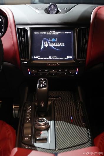[사진]마세라티 '르반떼 GTS'의 센터페시아