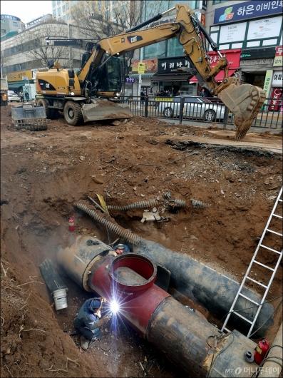 [사진]일산 온수관 파열, '긴급 복구'