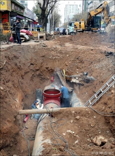 [사진]복구 작업에 매진하는 지역난방공사 관계자들
