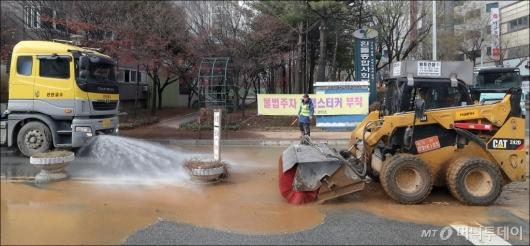 [사진]'온수관 파열 사고' 도로 정리하는 지역난방공사