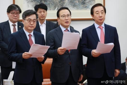 [사진]예산안 합의문 발표하는 김동연-홍영표-김성태