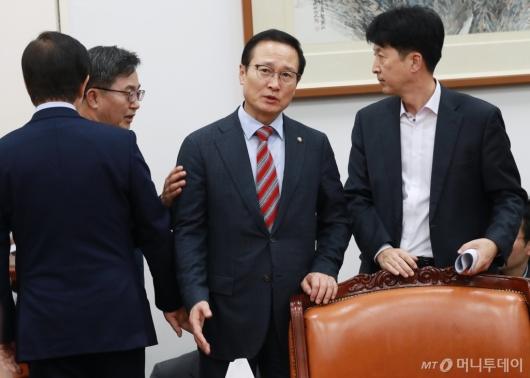 [사진]예산안 합의문 발표 마친 홍영표 민주당 원내대표