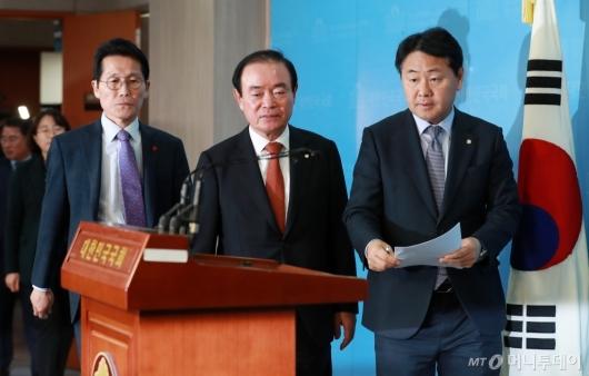 [사진]야3당, '선거제 개편 배제' 예산안 합의 규탄 기자회견