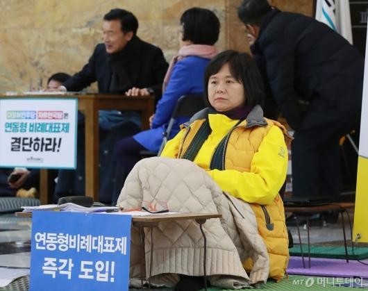 [사진]이틀째 단식농성 중인 이정미-손학규 대표