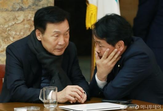 [사진]긴밀한 대화하는 손학규 대표-김관영 원내대표