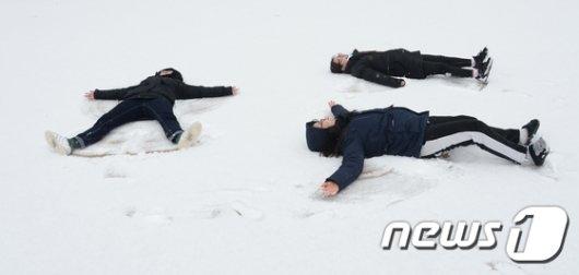 [사진]하얀 눈밭에 누워 '겨울만끽'