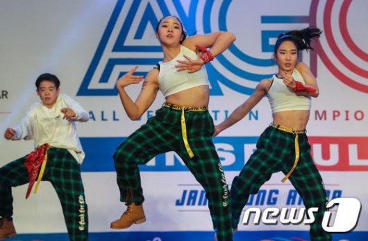 [사진]파워풀한 무대 선보이는 참가자들
