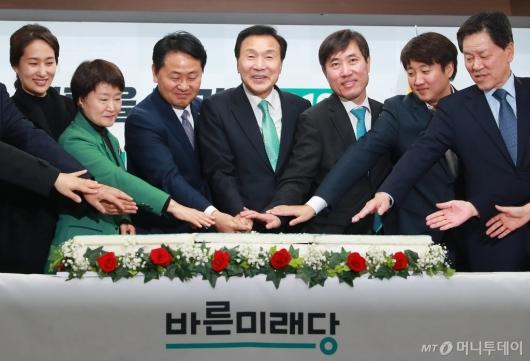 [사진]2019 신년 기념떡 자르는 바른미래당