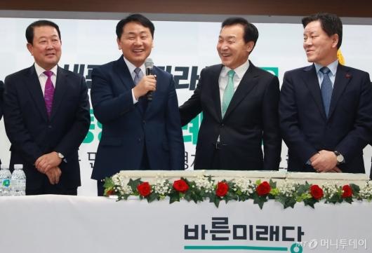 [사진]새해인사하는 김관영 바른미래당 원내대표
