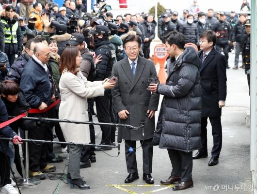 [사진]포토라인에 선 이재명 경기지사